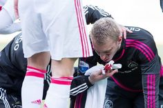 Ajax goalkeeper Jasper Cillessen gets knocked out after kick in the face (Video)