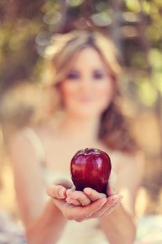 a bright red apple.how tempting! Apples Photography, Apple Farm, Apple Orchard, Johnny Appleseed, Apple Season, Forbidden Fruit, Apple Seeds, Girls World, Bridal Shoot