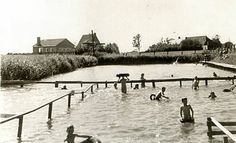 Het 1e zwembad van Stiens met molentje op de achtergrond, gezien in westelijke richting. Uniawei Periode1955 -