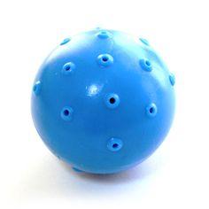"""ハイドロ ボール(犬のおもちゃ)  ハイドロシリーズは、おもちゃ中心部に内蔵されている抗菌スポンジに水を含ませて、水分補給とともに遊ばせることができる、画期的かつユニークなおもちゃです。水を含ませた状態で冷凍庫へ入れれば、「冷凍ボーン」「冷凍ソーサー」「冷凍ボール」の出来上がり。特に暑い日などは、ひんやり冷たい""""ハイドロ・アイス""""の出来上がりです。もちろん、水を含ませなければ、丈夫で噛みごたえのあるゴムおもちゃとして存分に遊べます。ボーン、ソーサー、ボールの3タイプございます。"""