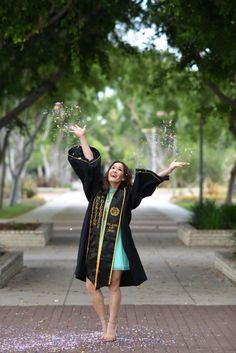 Best Graduation Photography Ideas - BERGAYO Source by keriannagresta. Girl Graduation Pictures, Graduation Picture Poses, College Graduation Pictures, Graduation Portraits, Graduation Photoshoot, Graduation Photography, Grad Pics, Grad Pictures, Nursing Graduation