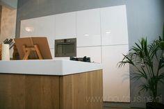 Keuken met eiland, uitgevoerd op een IKEA-basis met massief eiken ...