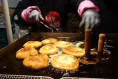바삭한 겉과 야들한 속, 한 입 베어물면 느껴지는 달콤함의 한국 대표 주전부리 호떡