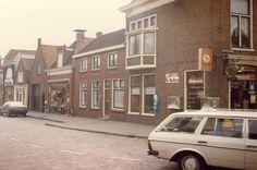 Bij deze foto staat: Keppelstraat, v.d. Boom sigarettenmagazijn.