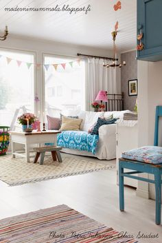 Splashes of color Scandinavian Cottage, Country Interior, Nordic Home, Small Tables, My Living Room, Comfort Zone, House Rooms, Vintage Home Decor, Sweet Home