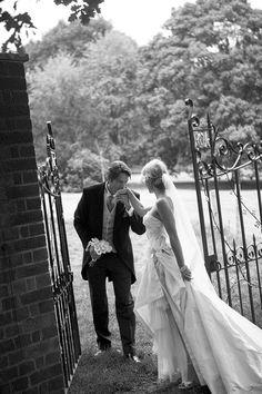 Baise main romantique du marié