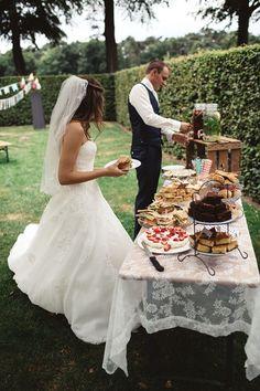 Je hebt een DIY-bruiloft, en dan ergens nog een heel stuk daarboven heb je de DIY-bruiloft van Rick en Lyanne. We hebben er maar één woord voor: wouw!