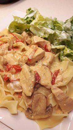Puten-Sahne-Gulasch auf Bandnudeln, ein gutes Rezept mit Bild aus der Kategorie Geflügel. 223 Bewertungen: Ø 4,5. Tags: Geflügel, gekocht, Gemüse, Hauptspeise, Herbst, Nudeln, Pasta, Pilze, Saucen, Sommer