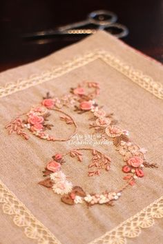 봄에도 세숄의 프랑스자수 클래스는... : 네이버 블로그 Embroidery Motifs, Ribbon Embroidery, Needle And Thread, Knots, Needlework, Stitching, Diy And Crafts, Applique, Beads