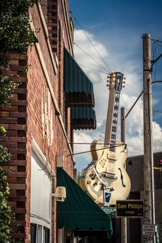 SIGHTS. Sun Studio. If Elvis Aaron Presley hadn't come to Sun Studio in the early 1950s to record a song as a birthday present for his mother (so the story goes), musical history today might be very different. Owner and recording engineer Sam Phillips first recorded, in