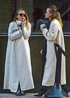 - Mary-Kate & Ashley taking a smoke break together in NYC - 75668938 281029 - OlsensObsessive.Com Gallery // Your number one resource for everything Mary-Kate and Ashley Olsen Ashley Olsen Style, Olsen Twins Style, Mary Kate Ashley, Olsen Fashion, Girl Fashion, Fashion Blogs, Style Fashion, Fashion Outfits, Hot Girls