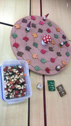 Kabouterspel. Zo snel mogelijk bij de grote paddenstoel geraken. Kinderen gooien met de dobbelsteen. + = stappen vooruit. - = stappen achteruit. Groen blad = oefening met + Bruin blad = oefening met - Juist antwoord -> bonuspaddenstoel Rood blad = bonuspaddenstoel afgeven. Geel blad = nog eens gooien. 3 bonuspaddenstoelen = wisselen van plaats met een andere kabouter. Autumn Activities For Kids, Games For Kids, Autumn Crafts, School Themes, Art Programs, Autumn Theme, Preschool Crafts, Preschool Activities, Decir No
