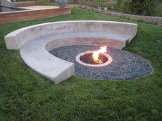 banc en béton arrondi et vasque de feu ronde dans le jardin avec un accent en gravier