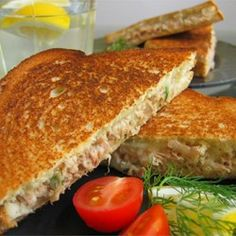 Sandwiches and Wraps: Simple Tuna Melts - http://mamischa.com/sandwiches-and-wraps-simple-tuna-melts/