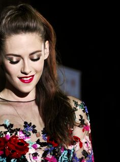 Kirsten Stewart-- her make-up is beyond fabulous (and omg her dress)