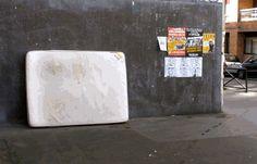 Lor-K es una artista de París, que transforma en arte la basura de las calles de la capital francesa.  Lor-K recoge colchones, colchas y textiles que la gente arroja a las calles y los transforma a base de cortes, pintura en spray y cinta americana en gigantes y deliciososo platos que emplaza en el mismo lugar donde encontró la basura.