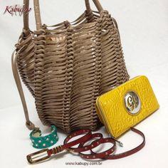Bolsa feminina artesanal em couro verniz, carteira feminina de couro verniz estampa croco, cinto feminino estreito em couro e bracelete de couro com pedras de cristal.
