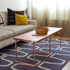Une table basse avec des pieds en cuivre - Marie Claire Idées