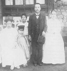 1904년 11월 미국에 밀사로 떠나기전 가족사진. 오른쪽부터 박씨 부인, 이승만, 아들 태산, 아버지 이경선 옹 (뒤에 서있는 소년은 조카).