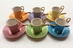 värilliset kultakoristeiset kahvikupit 80 luvulta . design by Genevieve Lethu . #kooPernu