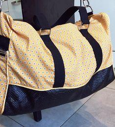 virginiesb Nouveau sac Week-end Boston pour un anniversaire. J'ai repris un coton enduit jaune assez frais, en l'associant avec une doublure à fleurs plus exubérante.  Patron de @patrons_sacotin , coton enduit de Self tissu, coton jaune à fleurs de Mondial tissu.  #couturedebutant #couture #coutureaddict #jecoudsmesaccessoires #sewing #sewingaddict #sac #sacweekend #sacboston #bostonsacotin #sacbostonsacôtin #weekendbag #homemade #handmade #faitmain
