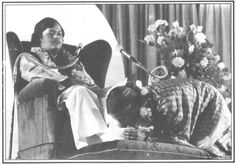Prem Rawat's (Maharaji) Wife Kisses His Feet - Pranam