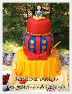 Snow White cake- I wish I was creative like this!  Leah is my snow white and it's her birthday soon :)