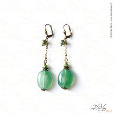 Boucles d'oreille - Emi    Matières : Perles de résine vertes, Aventurine verte, laiton vieilli.    DiviNéa Bijoux sur http://www.divinea-bijoux.fr & http://www.facebook.com/divinea.bijoux.fr