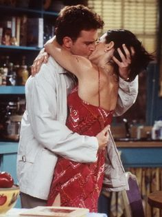 Matthew Perry as Chandler Bing & Courtney Cox as Monica Geller - F.R.I.E.N.D.S.
