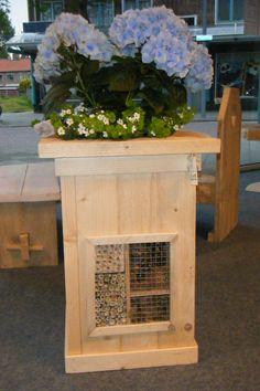 bloembak steigerhout met insectenhotel