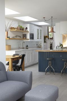 45 veces he visto estas preciosas cocinas azules. Hague Blue Kitchen, Blue Kitchen Island, Eclectic Kitchen, Kitchen Decor, Farrow And Ball Kitchen, Deco Addict, Kitchen Cabinetry, Wooden Worktop Kitchen, Kitchen Living
