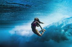 female_surfers_under_water_01