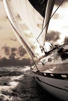 Trendykunst presenteert dit prachtige schilderij van een zeilboot op water. Met bruine tinten door directe print van afbeelding op glas.