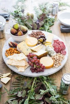 Entertaining: Dinner By the Seaside – Beach Pretty Entertaining: Dinner By the Seaside Cheese and Fruit Platter Snacks Für Party, Appetizers For Party, Appetizer Recipes, Cheese Fruit, Cheese Platters, Simple Cheese Platter, Cheese Snacks, Keto Cheese, Cheese Bread