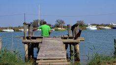 « Le bout du Monde, c'est comme ça qu'on l'appelle ici » nous dit le monsieur en tee-shirt vert qui pêche en ce jour de fin septembre. « Je ne descends plus ici en plein été mais, autrement… il est là.». Entre pontons de fortune, bout de l'Aude et embruns qui balayent le vague à l'âme. >> Les cabanes de Fleury : www.discover-carcassonne.com/fr/les-cabanes-de-fleury-10