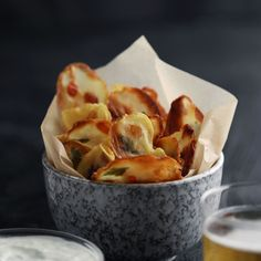 Why not have your potato chips make a statement? The post Laminated Potato Chips appeared first on Dessert Park. Food Garnishes, Creative Food, Appetizer Recipes, Snacks Recipes, Appetizers, Healthy Snacks, Healthy Cooking, Food Videos, Food Inspiration