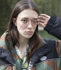 Off-White™ Drops Outdoorsy Cruise 2019 Collection: Tie-dye, painted denim and plenty of branding. Off White Virgil Abloh, Girl Trends, Chef D Oeuvre, Louis Vuitton Shoes, Barneys New York, Spring Collection, White Man, Supermodels, Cruise