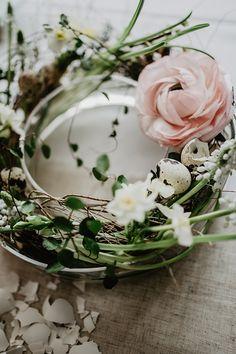 Zartes Blumengesteck aus Zweigen, Federn und Blüten DIY auf craftroomstories.com #spring #easter #flowers