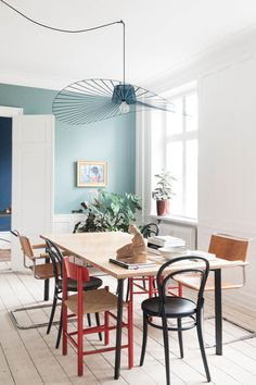 Når Helle Thygesen savner Paris, tager hun til København Dining Nook, Dining Room Inspiration, Scandinavian Interior, Home Fashion, Apartment Design, Home Interior Design, Living Spaces, House Styles, Home Decor