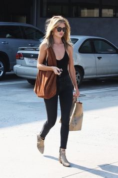 rosie-huntington-whiteleys-errands-outfit-is-so-perfect-1859217-1470346439.640x0c