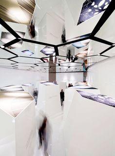 the positive floor for interaceFLOR. Tunnelissa/tilassa voisi olla tasanteita, viistoja tai suoria, joihin voitaisiin projisoida haluttu informaatio, joka voisi olla interaktiivinen
