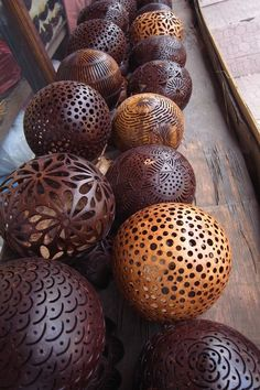 do some small gourds like this for tea lights Wood Crafts, Diy And Crafts, Arts And Crafts, Leaf Crafts, Diy Wood, Coconut Shell Crafts, Bali Decor, Deco Nature, Gourd Lamp