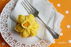 i am baker - Tutorial on making daffodil buttercream cake