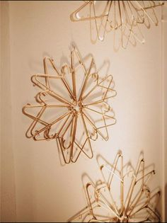 Arts And Crafts Ideas For Kids Product Hanger Christmas Tree, Christmas Star, Christmas Decorations, Dollar Tree Crafts, Christmas Projects, Holiday Crafts, Wire Hanger Crafts, Wire Hangers, Plastic Clothes Hangers