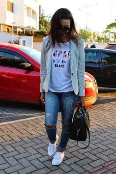 Look: Blazer + t-shirt + calça destroyed + tênis branco
