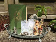Eventyr i form af en gammel bog, eventyrfigurer, lys og småting.
