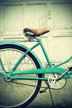 I wanto find one of these & paint it up all nice for riding next spring... With a basket on the front and flowers in my hair :)