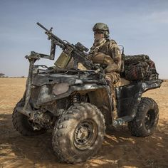Member of the french second hussars regiment during operations in Africa Tactical Equipment, Military Equipment, Army Vehicles, Armored Vehicles, Special Ops, Special Forces, Military Weapons, Military Army, Atv Car