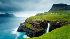 Vila Gasadalur (Ilhas Faroe): O mais cênico dos vilarejos do mundo não tem mais que 20 habitantes. No extremo oeste da ilha Vágar, a terceira maior das Ilhas Faroe, as poucas casas ficam a poucos metros de um precipício no estreito de Mykinesfjørður. Um rio corre bem ao lado da vila, despencando precipício abaixo em direção ao mar. Nos arredores ficam as montanhas mais altas da ilha, superando os 700 metros de altitude. A ilha Mykines, ao fundo, complementa esta paisagem de tirar o fôlego