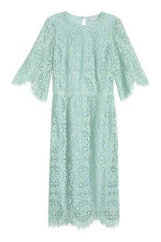 Кружевное платье: Облегающее кружевное платье длиной до колена. На платье широкие рукава длиной три четверти с волнистым краем, а также волнистый край снизу. Вырез на спине. Застежка на обтянутые пуговицы сзади у горловины и сзади на юбке. На подкладке.